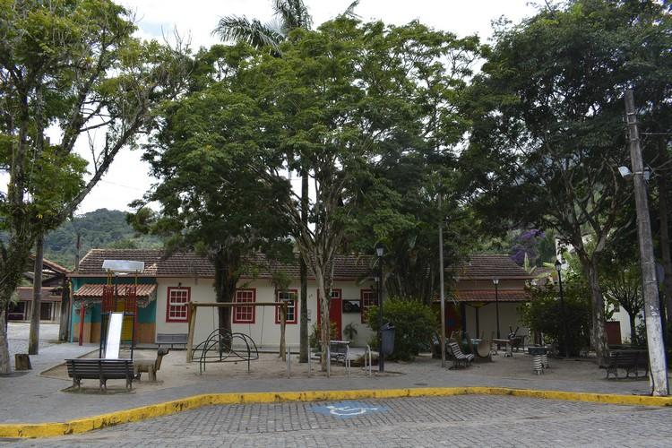 Praça de São Pedro da Serra parece cenário de cidade cenográfica